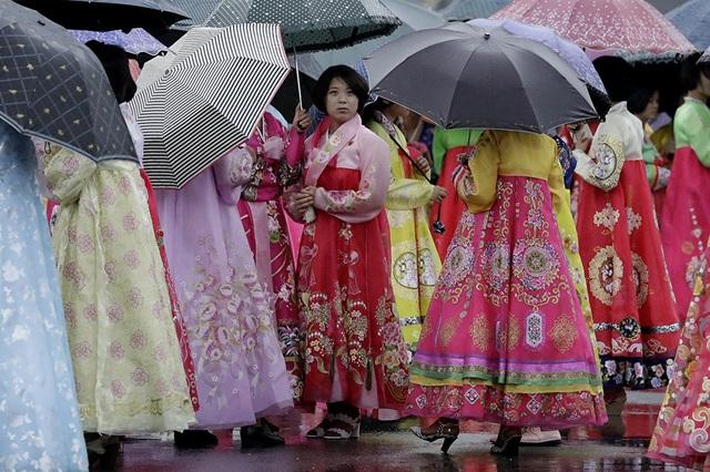 Các sinh viên đại học mặc trang phục truyền thống của Triều Tiên, chuẩn bị bắt đầu một buổi đồng diễn hôm 27/7.