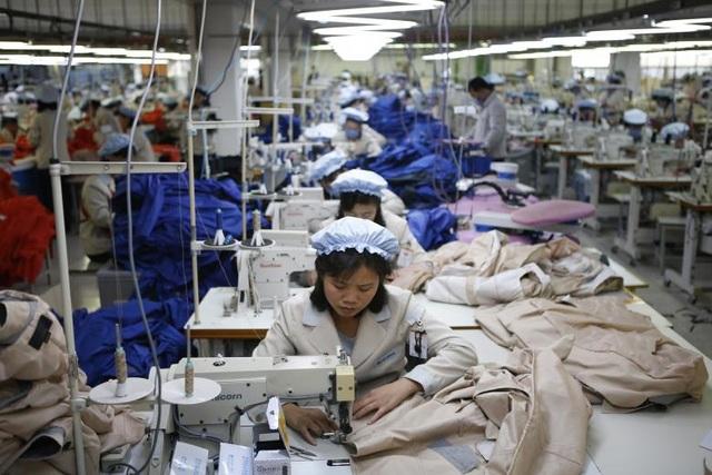 Triều Tiên liên tiếp phải hứng chịu các lệnh trừng phạt của Liên Hợp Quốc từ năm 2006 đến nay liên quan tới chương trình hạt nhân và tên lửa gây tranh cãi của nước này. Đây chính là rào cản cho sự phát triển của nền kinh tế Triều Tiên trong những năm qua. Trong ảnh: Các công nhân Triều Tiên làm việc trong một nhà máy của Hàn Quốc tại Khu công nghiệp chung Kaesong ở gần biên giới hai nước.
