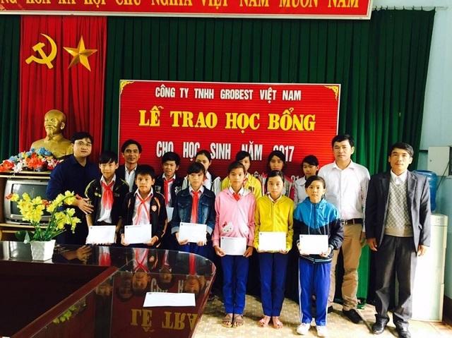 Đại diện Công ty Grobest Việt Nam trao học bổng cho các em học sinh nghèo học giỏi Trường THCS Triệu Vân, huyện Triệu Phong, Quảng Trị.
