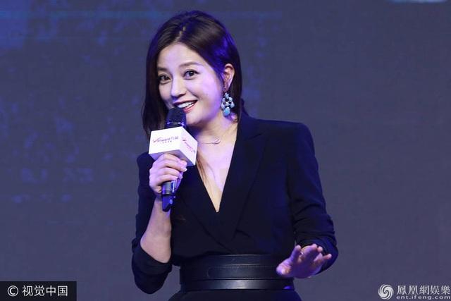 """Tối qua 23/6, Triệu Vy tham dự một sự kiện tại Bắc Kinh với bộ váy đen thanh lịch. Nụ cười rạng ngời và đôi mắt sáng của """"én nhỏ"""" vẫn vẹn nguyên như xưa dù hiện tại cô đã ngoài 40."""
