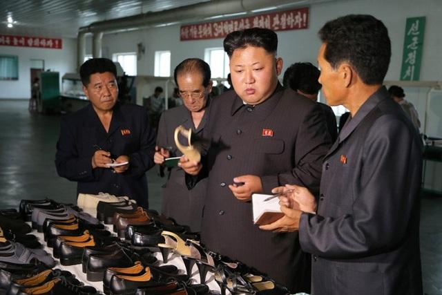 Lãnh đạo Kim Jong Un đến kiểm tra Nhà máy giày Wonsan. (Nguồn: Korean Friendship Association)