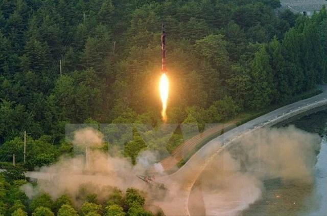 Một vụ phóng tên lửa đạn đạo được điều khiển bằng hệ thống dẫn đường chính xác của Triều Tiên. (Ảnh: Yonhap/TTXVN)