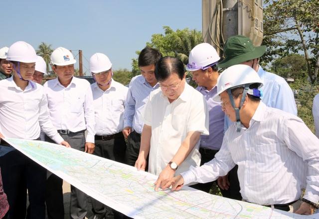 Phó Thủ tướng Trịnh Đình Dũng thị sát công trường triển khai tuyến cao tốc Trung Lương - Mỹ Thuận.