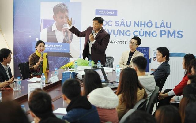 Tiến sĩ, Bác sĩ Biswaroop Roy Chowdhury chia sẻ tvới bạn trẻ tại buổi tọa đàm ở Hà Nội