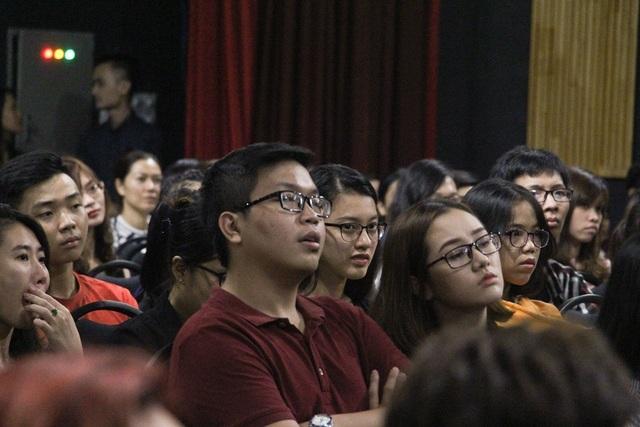 Rất nhiều trẻ là học sinh, sinh viên, giới trí thức đến dự buổi nói chuyện mang nỗi niềm trước sự ác nghiệt của mạng xã hội
