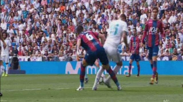 Tình huống trọng tài Alejandro Hernandez Hernandez từ chối phạt đền cho Real Madrid trong trận đấu với Levante