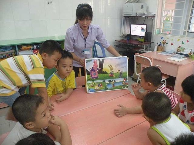 Cô và trò đọc truyện tranh trong giờ giữ ngoài giờ tại Trường Mầm non 30-4 (KCN Vĩnh Lộc, quận Bình Tân, TPHCM). (Ảnh: Báo Pháp luật TPHCM)