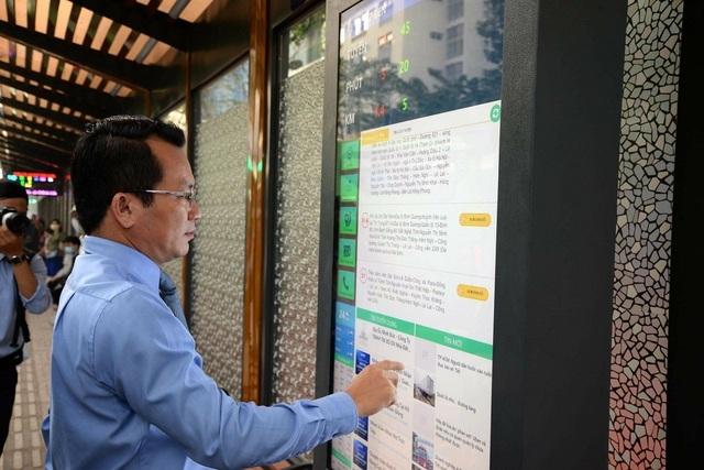 Trụ thông tin kết nối internet giúp hành khách dễ dàng tra cứu thông tin xe buýt và đọc báo