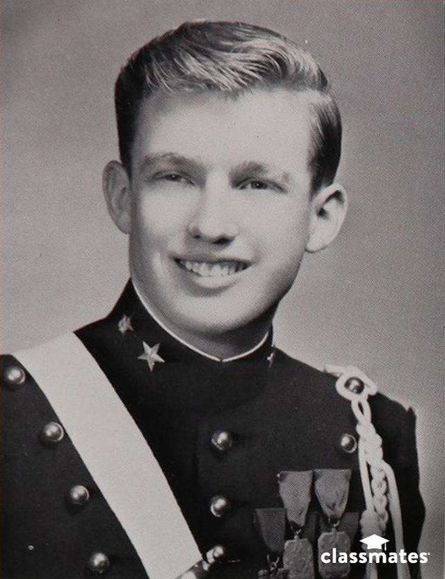 Do bản tính hiếu động và nghịch ngợm, Donald Trump đã được cha mẹ chuyển tới học tại Học viện Thiếu sinh quân New York khi đang là học sinh trung học với mong muốn con trai họ có thể trưởng thành hơn. Sau khi tốt nghiệp Học viện Quân sự New York, ông Trump theo học Đại học Fordham 2 năm, sau đó nhập học Trường Kinh tế Wharton, Đại học Pennsylvania. Ông tốt nghiệp Wharton vào năm 1968 với bằng cử nhân kinh tế. Trong ảnh: Ảnh chân dung của Donald Trump trong kỷ yếu của Học viện Quân sự New York năm 1964. (Ảnh: Business Insider)