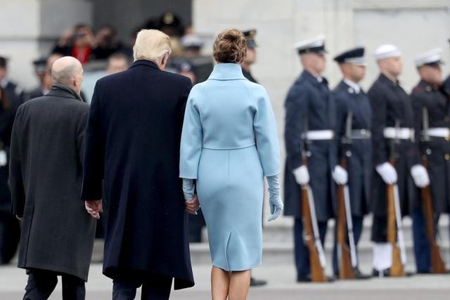 Ông Trump nắm tay bà Melania trong lễ diễu hành. (Ảnh: Reuters)