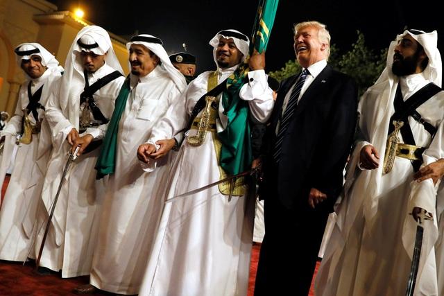 Tổng thống Trump tham gia điệu nhảy với kiếm truyền thống của Ả rập Xê út khi tới thăm nước này.