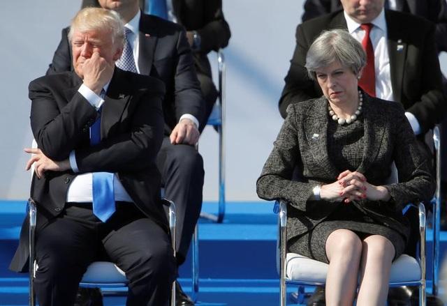 Tổng thống Donald Trump ngồi cạnh Thủ tướng Anh Theresa May trong một sự kiện tại trụ sở của Khối Hiệp ước Bắc Đại Tây Dương (NATO) ở Brussels, Bỉ.