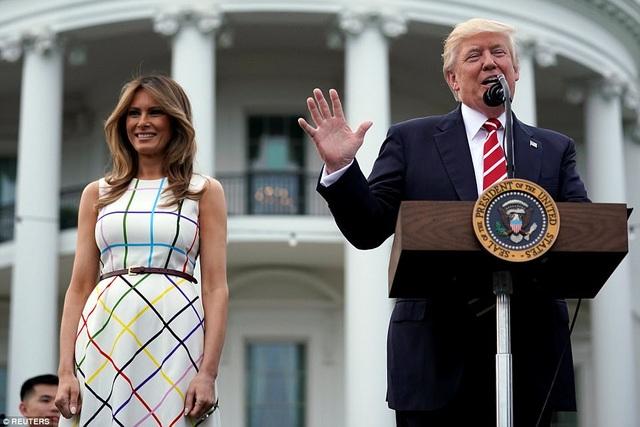 Bữa tiệc này là sự kiện được tổ chức thường niên dành cho các nghị sĩ đến từ lưỡng đảng trong Quốc hội Mỹ, các thành viên trong chính quyền Mỹ và gia đình của họ. Trong ảnh: Tổng thống Trump phát biểu trước khi bắt đầu sự kiện tại bãi cỏ phía nam Nhà Trắng. (Ảnh: Reuters)