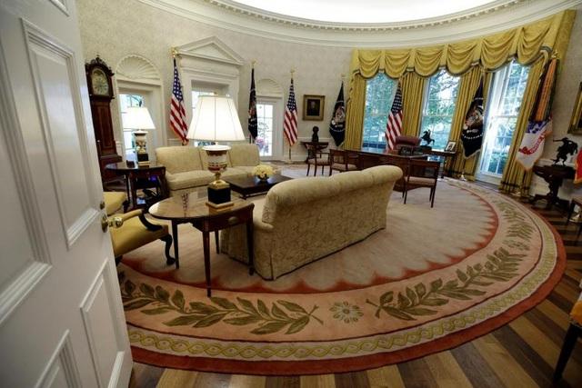 """Phòng Bầu Dục tại Nhà Trắng, nơi Tổng thống Donald Trump thường đón tiếp các lãnh đạo thế giới, đã được """"khoác áo mới"""" sau hơn 2 tuần trùng tu."""