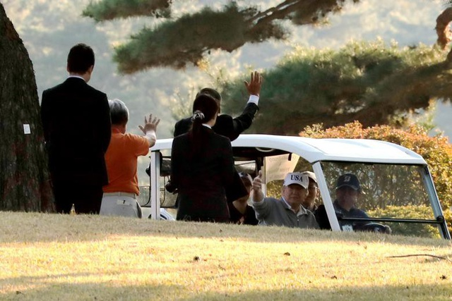 Trong chuyến công du châu Á đầu tiên, Tổng thống Donald Trump đã tới thăm 5 quốc gia gồm Nhật Bản, Hàn Quốc, Trung Quốc, Việt Nam và Philippines từ ngày 3-14/11. Đây cũng là chuyến công du châu Á dài nhất của một tổng thống Mỹ trong vòng hơn 25 năm qua. Trong ảnh: Thủ tướng Nhật Bản Shinzo Abe lái xe đưa Tổng thống Trump tới sân golf tại câu lạc bộ Kasumigaseki.