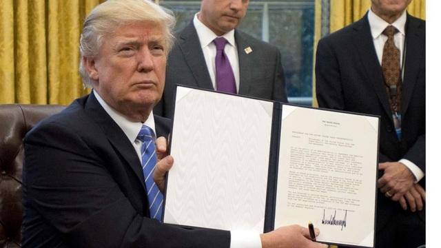 Tổng thống Trump ký sắc lệnh hành pháp rút Mỹ khỏi Hiệp định TPP (Ảnh: EPA)