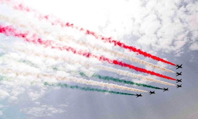 Các máy bay nhả khói 3 màu của quốc kỳ Mỹ dàn hàng trên bầu trời và những phát đại bác chào mừng cũng vang lên trong lễ đón Tổng thống Mỹ.
