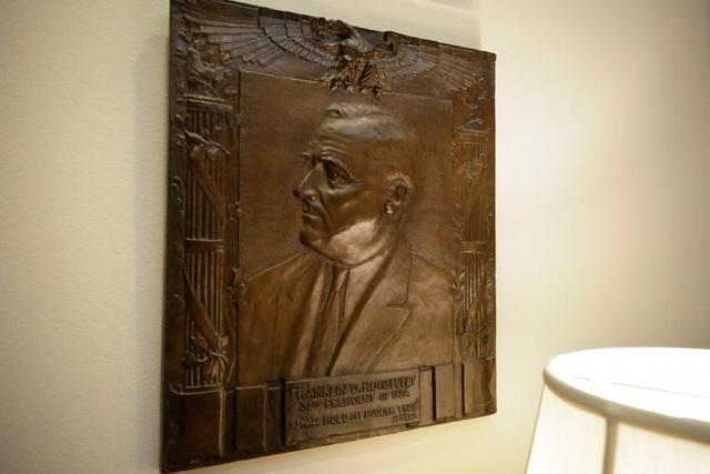 Bức điêu khắc nổi của cố Tổng thống Mỹ Franklin Roosevelt bên trong căn phòng mang tên ông tại Nhà Trắng.