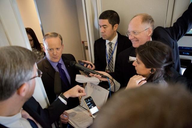 Thư ký báo chí Nhà Trắng Sean Spicer trò chuyện với báo chí trên chiếc Không lực Một. (Ảnh: AP)