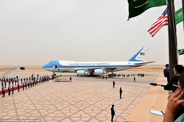 Thảm đỏ được chuẩn bị tại sân bay để chào đón nhà lãnh đạo Mỹ tại sân bay quốc tế Vua Khalid ở thủ đô Riyadh ngày 20/5.