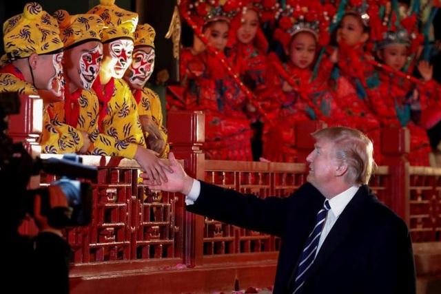 Tổng thống Trump bắt tay các nghệ sĩ kinh kịch khi ông được mời xem các tiết mục biểu diễn nghệ thuật truyền thống Trung Quốc tại Tử Cấm Thành.