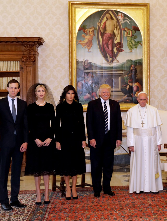 """Tổng thống Trump đã cảm ơn món quà của Giáo hoàng và nói: """"Chúng ta có thể cùng nhau vì nền hòa bình"""". Trong ảnh: Gia đình Tổng thống Trump chụp ảnh cùng Giáo hoàng."""