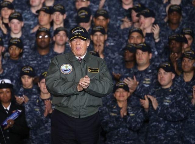 Tổng thống Donald Trump phát biểu trước các binh sĩ thuộc lực lượng hải quân Mỹ (Ảnh: Reuters)