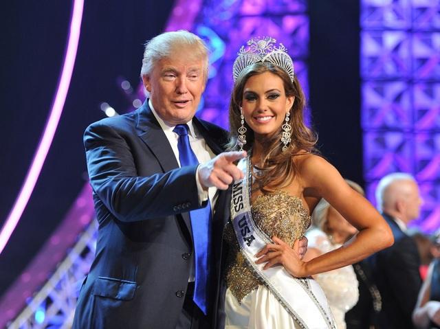 Không chỉ quan tâm tới lĩnh vực bất động sản, Donald Trump còn gặt hái được nhiều thành công trong lĩnh vực giải trí, truyền hình và xuất bản sách. Ông Trump được công chúng Mỹ quen mặt với danh xưng ông trùm hoa hậu khi nắm giữ bản quyền của cuộc thi Hoa hậu Hoàn vũ nổi tiếng thế giới trong gần 20 năm từ 1996-2015. Trong ảnh: Ông Trump chụp ảnh cùng Erin Brady, thí sinh đăng quang cuộc thi hoa hậu Mỹ năm 2013 (Ảnh: BI)