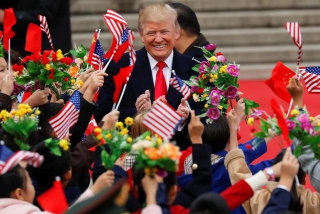 Các em nhỏ Trung Quốc vẫy cờ chào đón Tổng thống Trump trong lễ đón chính thức tại Quảng trường Thiên An Môn.