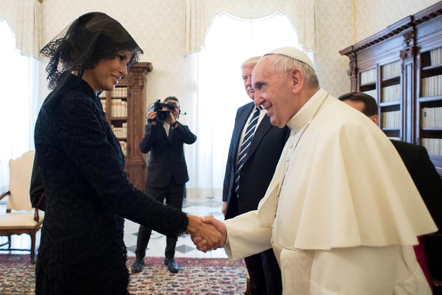 Đệ nhất phu nhân Melania Trump tháp tùng chồng trong chuyến đi tới Vatican hôm nay. Trong ảnh: Bà Melania, mặc trang mục màu đen và đội mũ có mạng che mặt, bắt tay Giáo hoàng Francis.