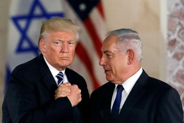 Tổng thống Trump nắm tay Thủ tướng Israel Benjamin Netanyahu sau bài phát biểu của ông chủ Nhà Trắng tại Bảo tàng Israel ở Jerusalem.