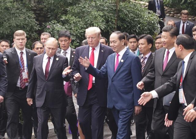 Sáng nay, lãnh đạo của 21 nền kinh tế thành viên đã tham dự hội nghị cấp cao APEC, sự kiện quan trọng nhất của Tuần lễ cấp cao APEC, và thảo luận về nhiều chủ đề quan trọng. Trong ảnh: Chủ tịch nước Trần Đại Quang đi cùng Tổng thống Mỹ Donald Trump, Tổng thống Nga Vladimir Putin và các lãnh đạo APEC tới địa điểm chụp ảnh. (Ảnh: Ban tổ chức APEC Việt Nam 2017)