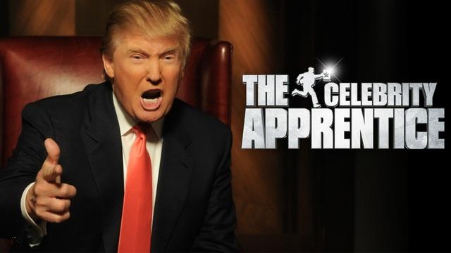 """Năm 2004, ông tham gia dẫn chương trình truyền hình thực tế The Apprentice (Người tập sự) ăn khách của đài NBC và tên tuổi Donald Trump """"nổi như cồn"""" sau chương trình này. Theo kịch bản, các thí sinh tham gia chương trình sẽ cạnh tranh nhau quyết liệt để giành lấy 1 vị trí làm việc trong Tập đoàn Trump Organization. Trong ảnh: Ngôi sao truyền hình thực tế Donald Trump trên chiếc ghế quyền lực tại chương trình The Apprentice (Ảnh: Variety)"""