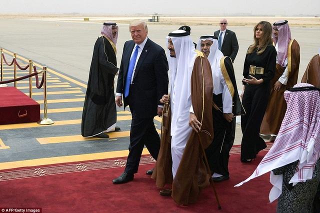 Tổng thống Trump và Quốc vương Ả-rập Xê-út bước trên thảm đỏ tại sân bay Vua Khalid.