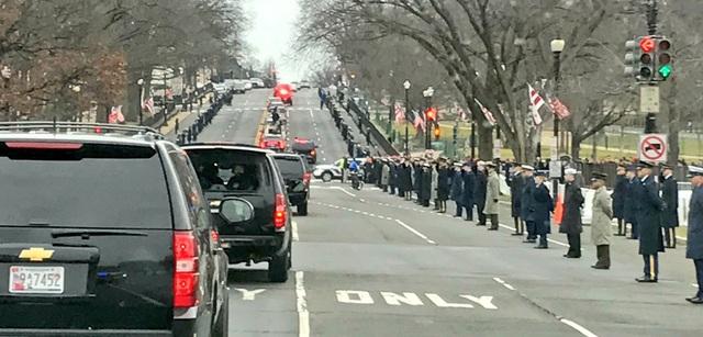 Đoàn xe chở Tổng thống đắc cử Trump tới lễ nhậm chức. (Ảnh: Twitter)