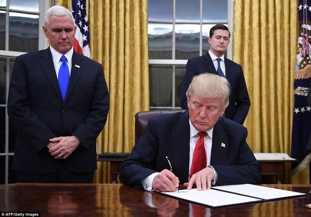 Tân Tổng thống Mỹ Donald Trump trong ngày làm việc đầu tiên tại Nhà Trắng ngay sau khi nhậm chức ngày 20/1. (Ảnh: AFP)