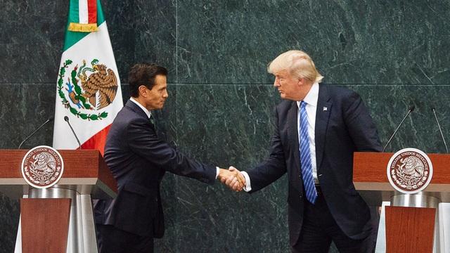 Tổng thống Mỹ Donald Trump bắt tay Tổng thống Mexico Enrique Pena Nieto trong chuyến thăm của ông Trump tới Mexico năm 2016 (Ảnh: NYT)