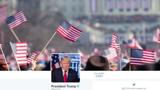Ảnh chụp đám đông vẫy cờ trong lễ nhậm chức của cựu Tổng thống Obama được sử dụng làm ảnh bìa trên tài khoản Twitter của Tổng thống Trump (Ảnh: BBC)