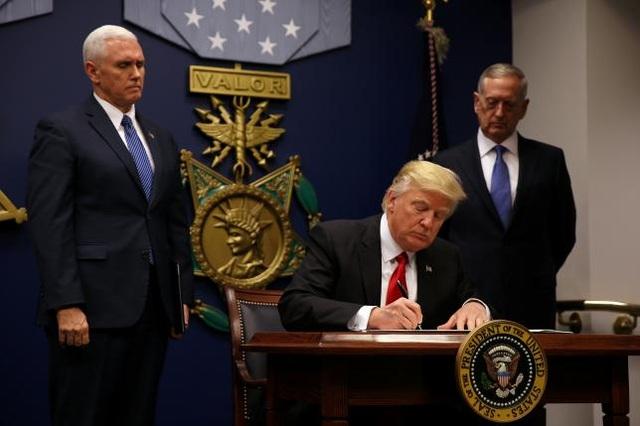 Ông Trump ký sắc lệnh hạn chế người Hồi giáo nhập cư Mỹ hôm 27/1 tại trụ sở Bộ Quốc phòng Mỹ ở Washington. (Ảnh: Reuters)