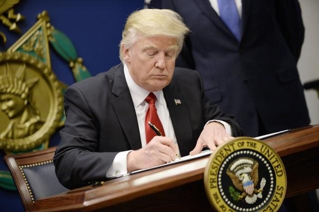 Tổng thống Donald Trump ký sắc lệnh hành pháp tại trụ sở Bộ Quốc phòng Mỹ ngày 27/1 (Ảnh: Getty)