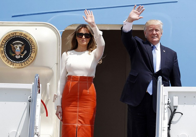 Tổng thống Trump và phu nhân lên máy bay bắt đầu chuyến công du (Ảnh: AP)