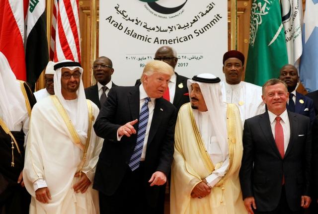 Tổng thống Donald Trump trò chuyện cùng Nhà vua Ả rập Xê út Salman bin Abdulaziz Al Saud tai hội nghị thượng đỉnh ở Ả rập Xê út.
