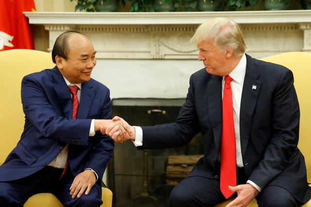 Thủ tướng Nguyễn Xuân Phúc bắt tay Tổng thống Donald Trump trong cuộc gặp tại Nhà Trắng chiều 31/5 (Ảnh: Reuters)