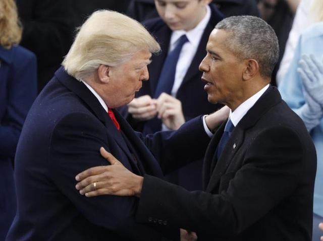 Cựu Tổng thống Obama vỗ vai người kế nhiệm, Tổng thống Donald Trump, sau khi ông Trump tuyên thệ nhậm chức tại Đồi Capitol ở Washington hôm 20/1.