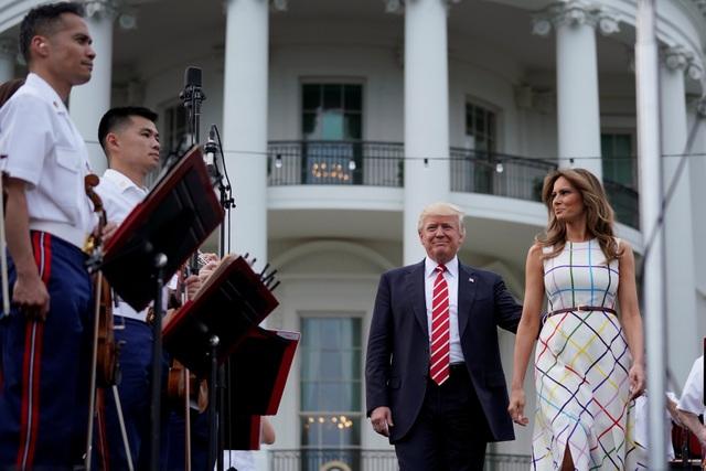 Tổng thống Donald Trump và Đệ nhất phu nhân Melania Trump ngày 22/6 đã chủ trì một bữa tiệc ngoài trời tại bãi cỏ phía nam Nhà Trắng. (Ảnh: Reuters)