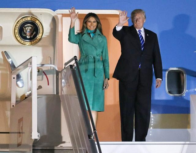 Khi chuyên cơ Không Lực Một hạ cánh xuống sân bay Chopin ở Warsaw, Ba Lan vào tối 5/7, Đệ nhất phu nhân Mỹ xuất hiện trong hình ảnh hoàn toàn mới. Bà Melania khoác một áo choàng dài màu xanh lá cây và thắt khăn lụa cũng màu xanh. (Ảnh: EPA)