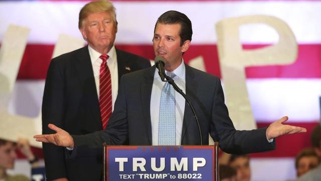 Tổng thống Donald Trump và con trai Donald Trump Jr. trong một sự kiện vận động tranh cử năm 2016 (Ảnh: Reuters)