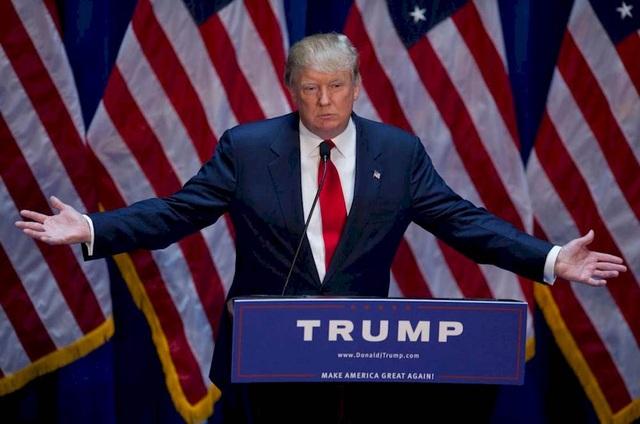 """Ngày 16/6/2015, tỷ phú Donald Trump gây bất ngờ cho công chúng Mỹ khi tuyên bố ra tranh cử tổng thống với câu nói nổi tiếng: """"Tôi sẽ làm cho nước Mỹ vĩ đại trở lại"""". Tháng 7/2015, Ủy ban bầu cử liên bang thông báo ông Trump là một trong số các ứng viên của đảng Cộng hòa tham gia tranh cử tổng thống năm 2016. (Ảnh: Getty)"""