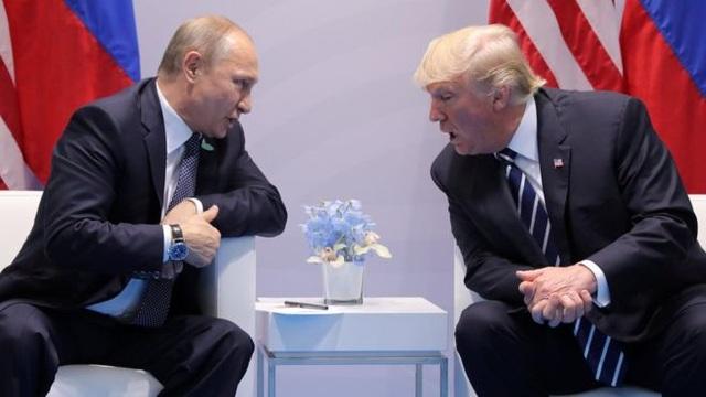 Tổng thống Mỹ Donald Trump và người đồng cấp Nga Vladimir Putin hội đàm bên lề thượng đỉnh G20 hôm 7/7. (Ảnh: Reuters)