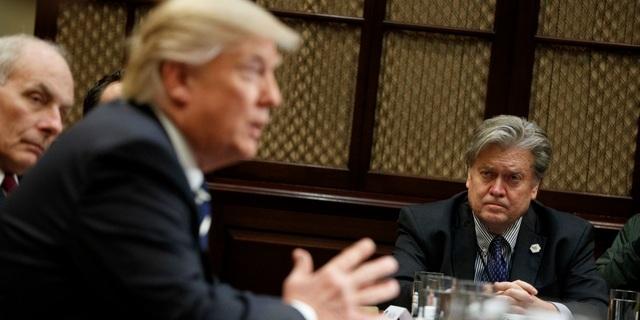 Cựu Chiến lược gia trưởng Steve Bannon tham dự một cuộc họp với Tổng thống Donald Trump (Ảnh: AP)